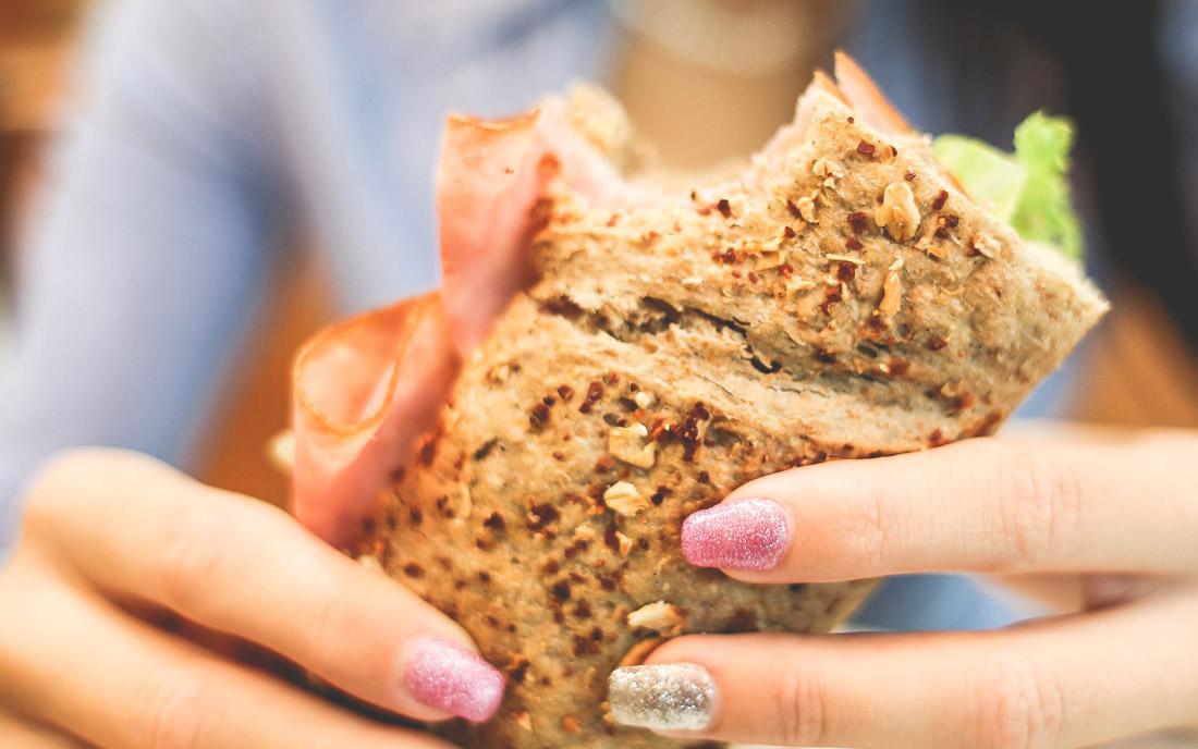 kanapka kobieta ręce