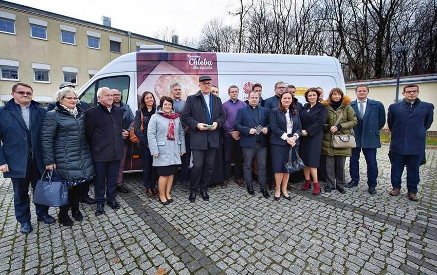 7 samochodów dostawczych w darze od Biedronki dla Caritas w Polsce