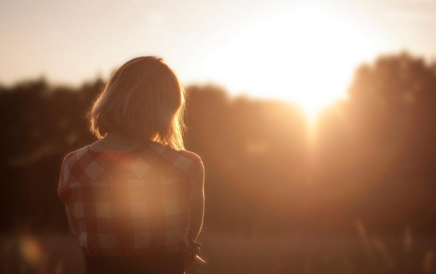 kobieta-zaduma-zachód-słońca