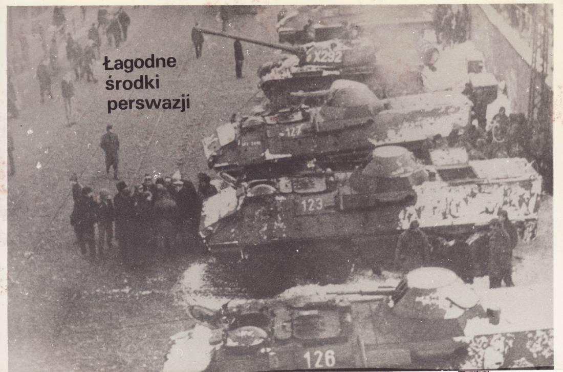 O Zdjęciu: jedna z zestawu fotografii z podpisami, nielegalnie rozprowadzanych w 1982 roku. Zdjęcia zeskanowane przez user:Jarekt / Wikimedia Commons