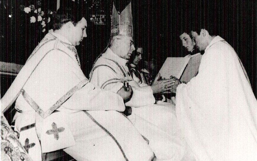 Kardynał Stefan Wyszyński udziela święceń kapłańskich Jerzemu Popiełuszce