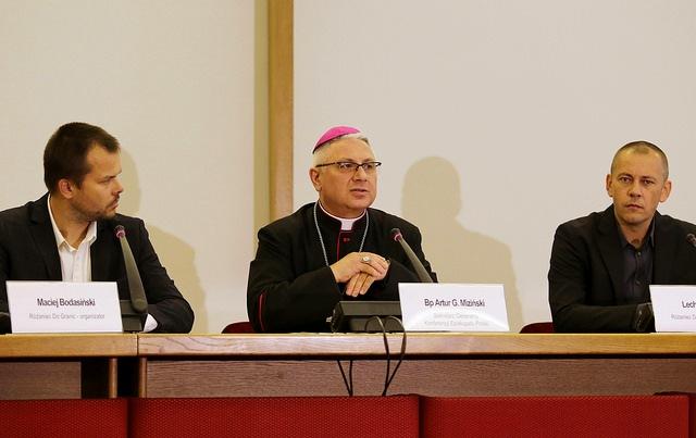 """Sekretarz Episkopatu: """"Różaniec do granic"""" – modlitwa za cały kraj i świat"""