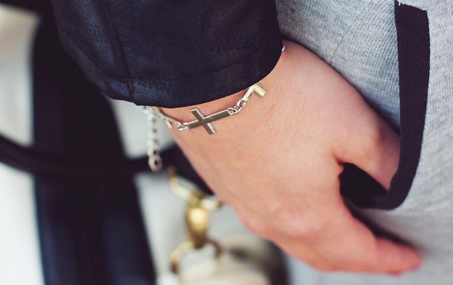krzyżyk-bransoletka-ręka-kobieta